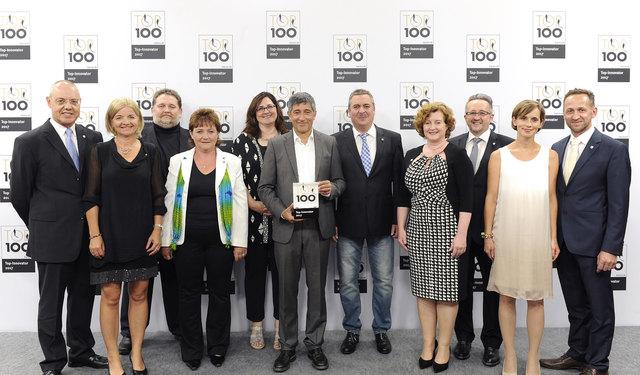 Daniel und Joachim Huber mit ihren Ehefrauen (rechts) sowie Mentor Ranga Yogeshwar (Mitte mit Trophäe)