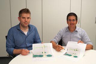 Studieren die Pläne für den Neubau eines Dorfplatzes in Waldulm (v. l.): Ortsvorsteher Johannes Börsig und Bürgermeister Stefan Hattenbach