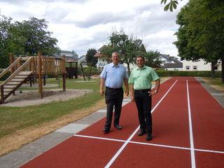 Ortsvorsteher Christian Zorn (links) und Oberbürgermeister Klaus Muttach auf der sanierten Anlage in Sasbachried