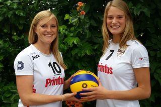 Richarda Zorn (links) und Pia Leweling spielen eine weitere Saison für den Offenburger Zweitligisten VCO.