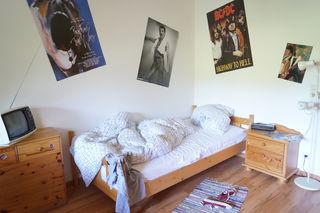 Ein ungemachtes Bett und ein Freddy-Mercury-Poster an der Wand: ein Jugendzimmer, das ab heute zu sehen ist.