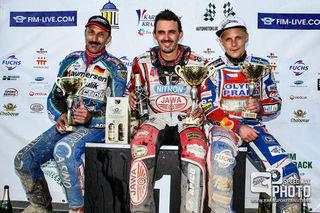 Bernd Diener bei der Siegerehrung. In der Mitte der Sieger Andrew Appleton, rechts daneben Josef Franc, der Drittplatzierte aus Tschechien.