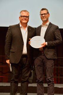 Christhard Deutscher (r.), Edeka Südwest, nahm den Teller von Jochen Brühl, Vorsitzender des geschäftsführenden Vorstands des Bundesverbands Deutsche Tafel e.V., entgegen.