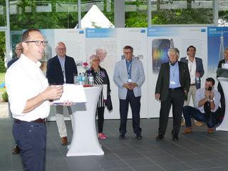 Geschäftsführer Dr. Stefan Scheringer (links) begrüßt in Offenburg alte Wegbegleiter der Firma Meiko bei der Jubiläumsfeier mit Familientag.