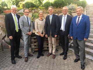 Vorstandsvorsitzender Fred Gresens (v. l.), Martin Kern, Christine Mildenberger, Alfred Schütz, Vorstand Peter Sachs, Aufsichtsratsvorsitzender Reinhart Kohlmorgen