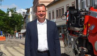 Der neue ÖPNV-Manager Andreas Müller in der Kehler Hauptstraße vor dem Rathaus, wo die Arbeiten für den Bau der Tram vom Bahnhof bis zum Rathaus begonnen haben.