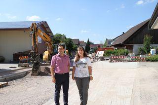Oberbürgermeister Klaus Muttach und Ortsvorsteherin Gabi Bär sehen dem Ende der Bauarbeiten freudig entgegen.