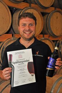 Tassilo Viel ist stolz auf seine Auszeichnung und den 2015er Spätburgunder Rotwein Karat trocken des Winzerkellers Hex vom Dasenstein