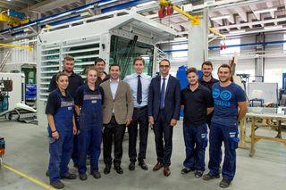 Stefan Lochmann und Martin-Devid Herrenknecht hier gemeinsam mit Insolvenzverwalter Dr. Dirk Pehl und Mitarbeitern sowie Auszubildenden des Unternehmens
