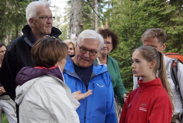 Das Bundespräsidentenehepaar im Austausch mit Juniorrangerin Maria-Elisabeth Bold