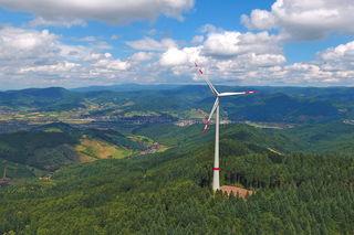 Eines der Windräder auf dem Rauhkasten, links ist Gengenbach auf dem Bild der Drohne