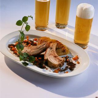 Ein zartes Spanferkel schmeckt nicht nur im Biergarten.