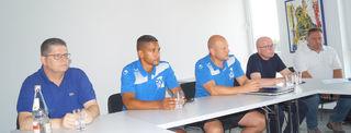 Marc Lerandy (2. von links), Trainer des Oberligateams, und der Vorstand des SC Oberachern.