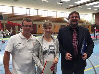 Myléne Leier umrahmt von Dietmar Maletz vom TV Lahr (links) und Günter Hallbauer (Kampfrichter aus Freiburg).