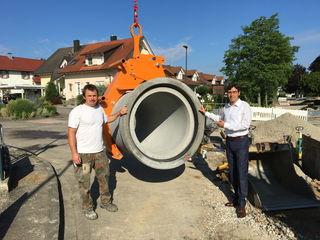 Bürgermeister Bernd Siefermann (rechts) machte sich ein Bild vor Ort.
