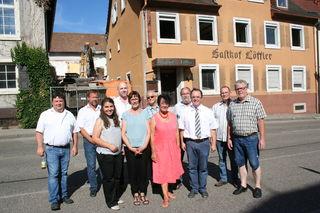 """Bürgermeister Thomas Schäfer (3.v.r.), Anwohner, Planer und Baubeteiligte vor dem alten Gasthaus """"Löffler""""."""