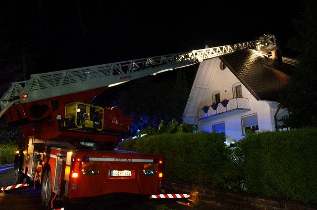 Die Feuerwehr löscht den Brand im Dachstuhl.