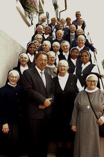Bürgermeister Siegfried Eckert empfing 25 Nonnen vom Orden der Franziskanerinnen und ein Pfarrer .