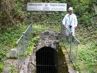Weißer Steigeranzug ehrenhalber: Georg Allgaier vor dem Mundloch des Besucherbergwerks