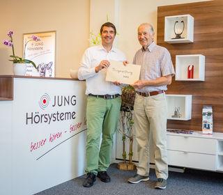 Micahel Jung übergibt an Roland Hammel eine Spende