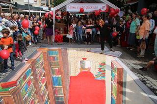 Das 3-D-Straßenbild von Lydia Hitzfeld beeindruckte die Besucher des Jubiläumfestes der Buchhandlung Roth in Offenburg.