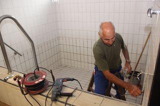 Horst Schütt, Mitarbeiter der Sanitärfirma, hat mit den Sanierungsarbeiten im Saunabereich des Hallenbades Honau begonnen.