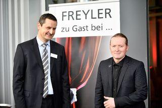 Tobias Oberle (Geschäftsbereichsleiter Freyler Industriebau Kenzingen) mit Joey Kelly (v.l.)