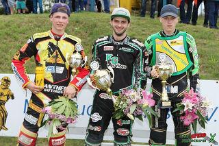 Derzeit Deutschlands beste Nachwuchsfahrer auf der Speedwaybahn: Lukas Fienhage (Zweiter), Daniel Spiller (Meister) und Dominik Möser (Dritter, von links)