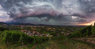 Die gewaltige Gewitterwalze zog am Freitagabend vom Kinzigtal nach Oberkirch und wurde von Hubert Grimmig auf Foto festgehalten. Schwerpunkt des Unwetters lag im Bereich Offenburg und vorderes Kinzigtal.