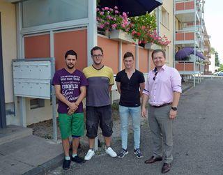 (von links) Dominique Kornexl, Sebastian Müller, David Kornexl und Jurij Kern vor dem Gebäude der Städtischen Wohnbaugesellschaft, das fast dem Feuer zum Opfer gefallen wäre.