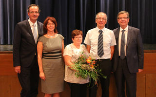 Die Schar der Gratulanten war groß (von links): Oberbürgermeister Matthias Braun, Schulamtsdirektorin Gabriele Weinrich, Claudia und Klaus Lienert sowie Landtagsabgeordneter Willi Stächele.