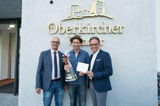 (vlnr) Vorstandsvorsitzender Franz Männle, Künstler Harry G und geschäftsführender Vorstand Markus Ell.