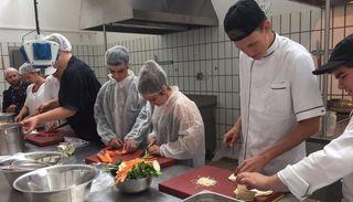 Die bulgarischen Jugendlichen erhielten beim Besuch der Beruflichen Schulen Kehl Einblick, wie Restaurant- und Hotelfachleute, Köche und Köchinnen in Deutschland ausgebildet werden und testeten gleich die Kochmöglichkeiten in der Ausbildungsküche.