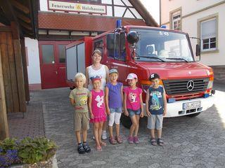 Der Besuch bei der Feuerwehrabteilung Holzhausen machte viel Spaß: Kinder (von links nach rechts) Michael Rode, Mia Weger, Amelie-Sofie Bär, Thananya Bohnert und Tim Wiese mit Erzieherin Annabelle Grigoleit.