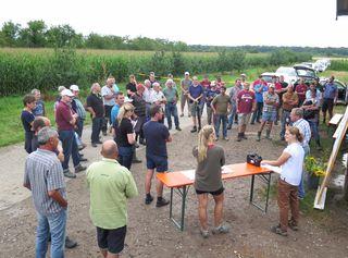 Alfred Kasper (mit Mikrofon) und Miriam Pfundstein (links daneben) begrüßten die Teilnehmer und die Vertriebsberater von Saatgutfirmen beim Infotag zum Thema Zwischenfruchtanbau in Renchen.