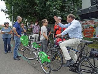 Die Mitglieder des Arbeitskreises Radverkehr Kehl fuhren die neuralgischen Punkte im Radwegenetz der Stadt ab und suchten gemeinsam nach Lösungen.