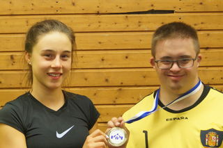 Fair Play geht vor: Madita Kopp überreicht ihrem Trainingspartner Luca Thimm ihre Medaille.