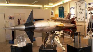 """In Riegel ist eine echte """"PARCA""""-Rakete zu sehen."""