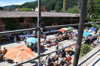 Die Besucher schlenderten am Samstag über den Flohmarkt und bestaunten die Gebäude des Mostmaier-Areals.