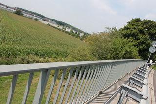 Blick von der Brücke am sogenannten Bumerang auf die Haftanstalt, wo sich die Bundesstraßen 33 und 3 kreuzen