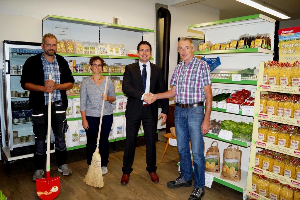 Lagerhalter Andreas Baßler (v. l.), Geschäftsführerin Claudia Stech, Bürgermeister Stefan Hattenbach und Vorstand Josef Baßler unterstützen sich gegenseitig.