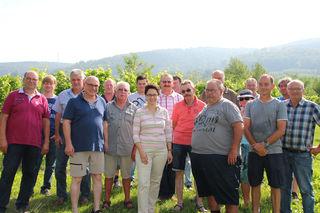 Landtagsabgeordnete Marion Gentges bei der Rebbegehung mit Winzern aus der Region
