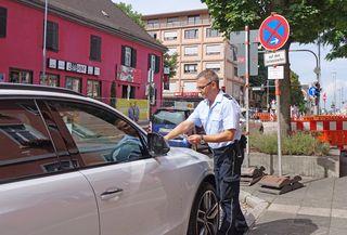 Zuerst werden Strafzettel verteilt, dann rückt das Abschleppfahrzeug an: Die Stadt geht verstärkt gegen Falschparker vor.