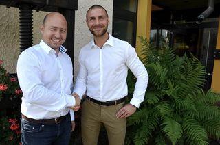 Geschäftsführer Christian Gehring (l). begrüßt den neuen Leiter für Direktvertrieb und Marketing, Florian Streif.