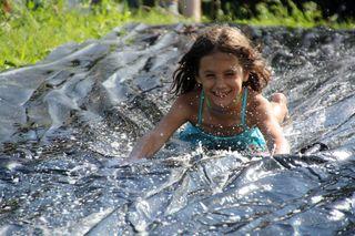 Die Wiesen-Wasser-Rutsche sorgte für Begeisterung im  Abenteuerlager.