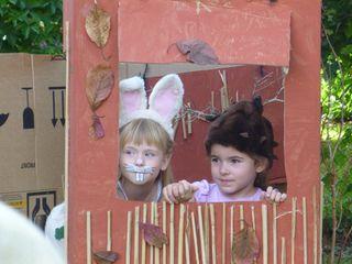 Die Auftritte der Kinder wurden mit Applaus bedacht. Hier stehen Lena und Angelina auf der Bühne.