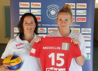 Die ins Teammanagement gewechselte Ex-Trainerin Tanja Scheuer (links) präsentiert den Neuzugang Nele Iwohn.