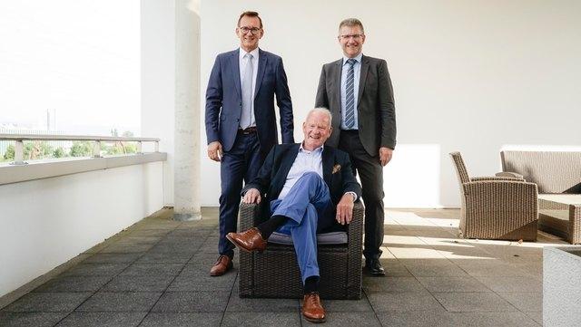 Preisträger Dr. Joachim Schraeder (Mitte) mit Duschan Gert, Präsident (links) und Rainer Waltersbacher, geschäftsführender Vorstand des Marketing-Clubs Ortenau/Offenburg