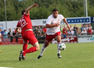 Valon Salihu (rechts), hier gegen Offenburgs Artur Baitenger, machte für Stadelhofen den Ehrentreffer.
