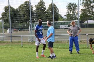 Kehls neuer Trainer Heinz Braun (Mitte) hat den KFV gut vorbereitet und siegte in Bad Dürrheim mit 2:0.